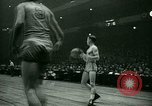 Immagine di Partita di basket New York United States USA, 1946, secondo 28 filmato di repertorio 65675021122