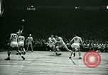 Immagine di Partita di basket New York United States USA, 1946, secondo 32 filmato di repertorio 65675021122